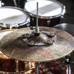 Jak zmienić brzmienie talerza perkusyjnego?